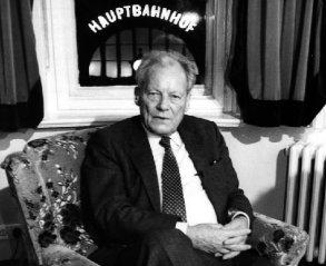 Willy Brandt 1990 in Erfurt, Blick aus dem Fenster des Erfurter Hof